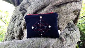 Berbera Design- collection Atlas- pochette Tamart- noire sur un arbre