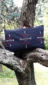 Berbera Design- collection Atlas- coussin avec Housse berbera -coloris noir sur un arbre