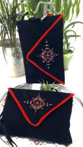 """Berbera Design-collection Atlas- clutches bag """"Iza"""" noires avec pompons rouges- broderies dorées et argentées"""
