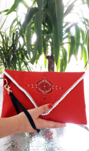 Berbera Design - collection atlas-clutch bag Iza- présentée et tenue en main