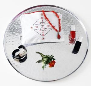 Berbera Design - Collection Atlas- pochette tamarart blanche posée sur un plateau argentée avec bijou et vernis