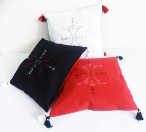 Berbera Design- collection Atlas- coussin avec housse berbera -noir rouge et blanc - carrée