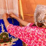 Berbera Design- femme berbère tisseuse tapis en laine-motif fibule berbère-bijou de femme traditionnel