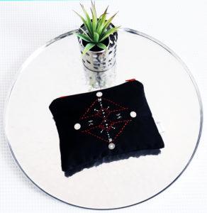 Berbera Design - Collection Atlas-pochette tamrart noire posée sur un plateau argenté