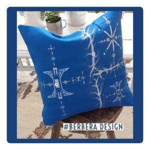 Berbera Design- coussin avec housse cousin Tin Hinan Ayur n°1- posé sur un tabouret en bois- tabouret posé sur un tapis berbère