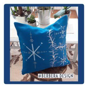 Berbera Design- coussin avec housse cousin carrée-Tin Hinan Ayur n°2- posé sur un tabouret en bois- tabouret posé sur un tapis berbère