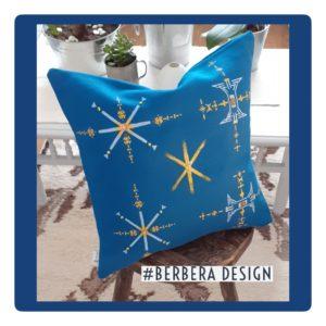 Berbera Design- coussin avec housse cousin carrée-Tin Hinan Tafout n°2- posé sur un tabouret en bois- tabouret posé sur un tapis berbère