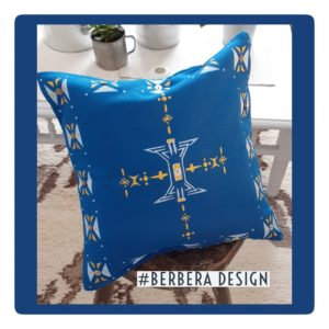 Berbera Design- coussin avec housse cousin carrée-Tin Hinan Tafout N°1- posé sur un tabouret en bois- tabouret posé sur un tapis berbère