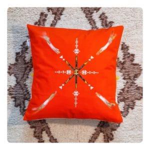 Berbera Design- capsule Zaynab- coussin avec housse de coussin Zaynab N°1 -40x40cm posé sur un tapis berbère
