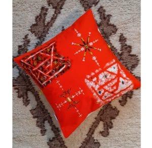 Berbera Design- capsule Zaynab- coussin avec housse de coussin Zaynab N°2 -40x40cm posé sur un tapis berbère