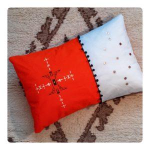Berbera Design - coussin avec housse coussin Zaynab n°3 - 60x40cm posé sur tapis berbère
