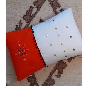 Berbera Design - coussin avec housse coussin Zaynab n°4 - 60x40cm posé sur tapis berbère