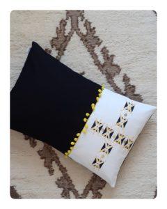 Berbera Design - housse coussin design- tizwit - abeille en berbère - noir et blanc avec touches de jaunes- inspirée danse des abeilles du Haut-Atlas - N°1