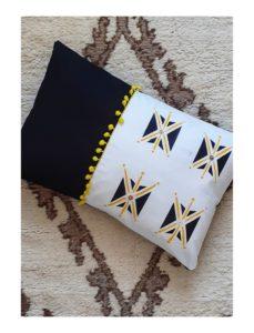 Berbera Design - housse coussin design- tizwit - abeille en berbère - noir et blanc avec touches de jaunes- inspirée danse des abeilles du Haut-Atlas - N°2