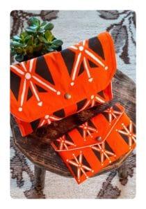 Berbera Design- Ensemble Pochettes petite et grande - Zayneb- Agadez - fermées posée sur un tabouret et sur un tapis berbère