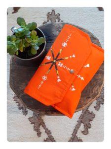 Berbera Design- Pochette - Zayneb- Etri - fermée posée sur un tabouret et sur un tapis berbère