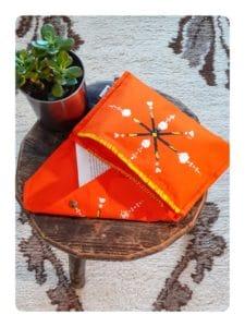 Berbera Design- Pochette - Zayneb- Etri - ouverte posée sur un tabouret et sur un tapis berbère