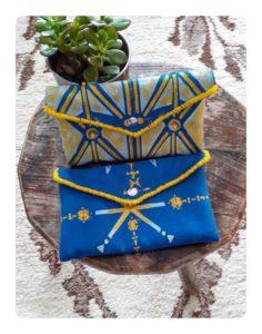Berbera Design- Pochettes Tin Hinan posées sur un tabouret en bois- tabouret posé sur un tapis berbère