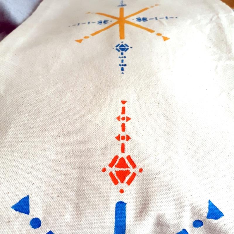Berbera Design - détail motif coloré peint sur tissu blanc écru