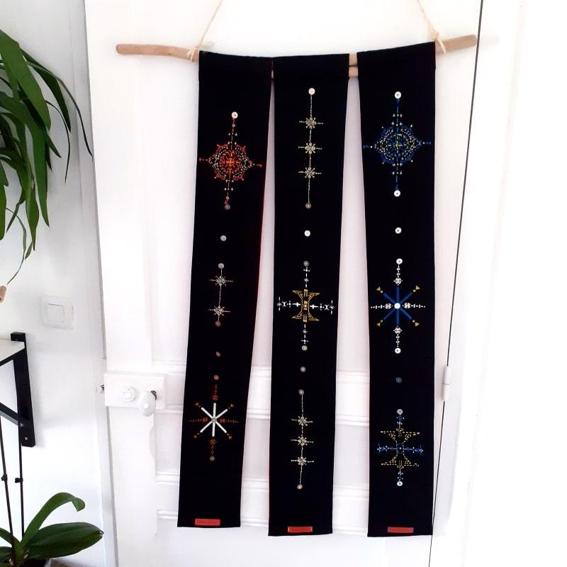 parchemins muraux triptyque black and colors , motifs brodés et peints à la main