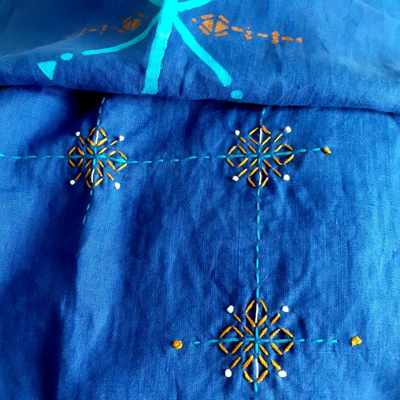 Berbera Design- Motif brodé et peint sur tissu en lin bleu