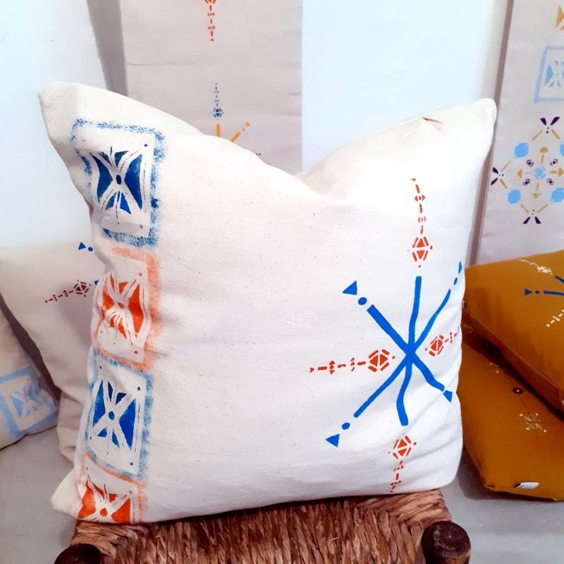 Berbera Design -Coussin Oumlil de la collection tifawt - blanc écru avec motifs colorés bleu orange peints à la main