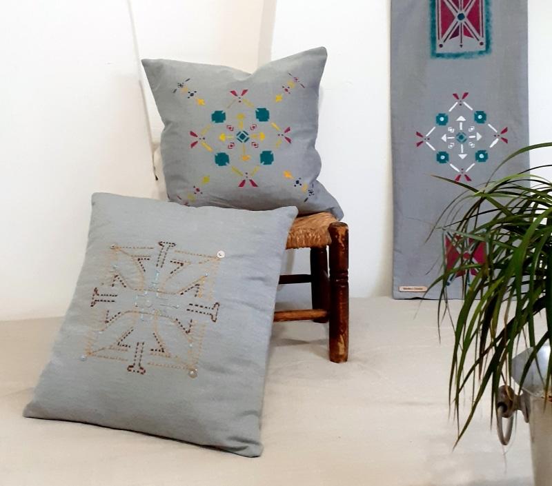 ensemble coussins et parchemin mural gris brodés et peints à la main de berbera design collection Tifawt