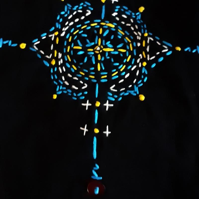 Berbera Design- détail motif Iza brodé à la main bleu et jaune sur fond noir